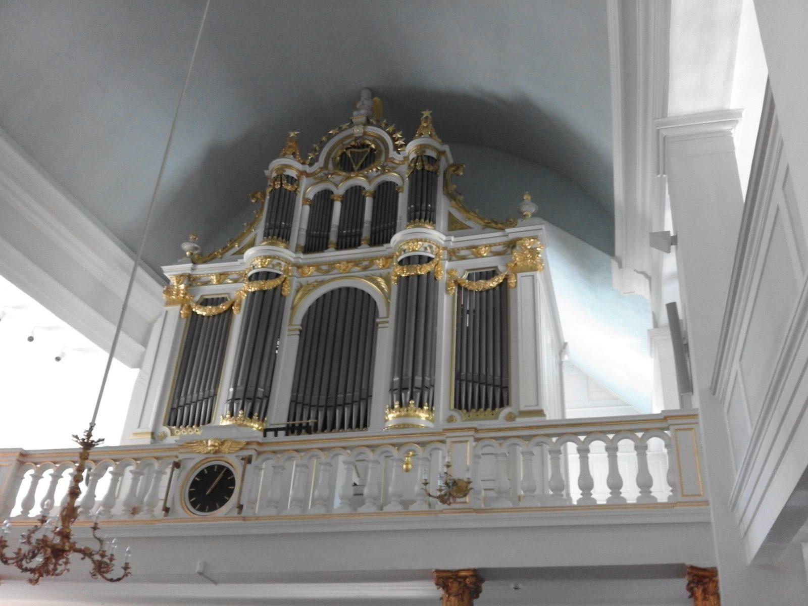 Tässä on kuva Helsingin Vanhan kirkon uruista.